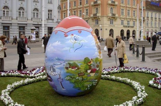 Decoraciones Naif ~ Los huevos de pascua naif inundan las ciudades europeas